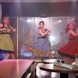 女性ダンサーによるショーをお楽しみいただけます