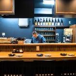 板さんの調理風景が見せるオープンキッチン