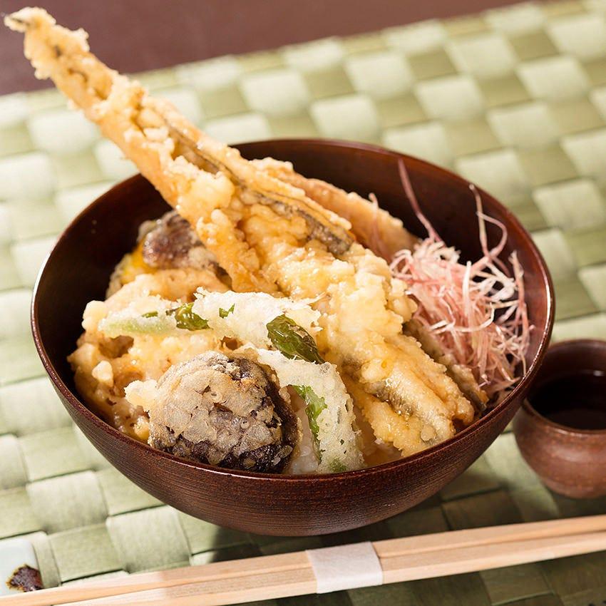 江戸っ子に人気。穴子の一本揚げとお野菜の天丼