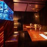 VIPルームはカーテンの間仕切りを外すことでパーティーも可能