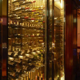 大きなワインセラーに並べられた世界各国のワインを味わって