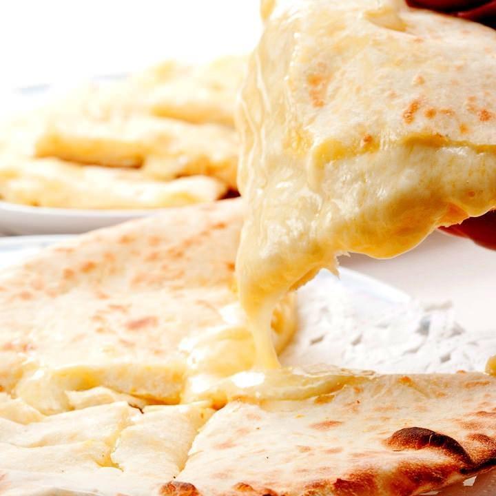 タンドール釜で焼く人気のチーズナン