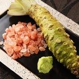 極上の肉はこだわりの岩塩や長野県安曇野産のすりたて山葵を。