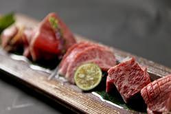 綺麗なサシが入ったお肉を 見た目にもこだわった盛り付けで