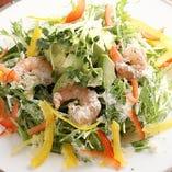 『海老とアボカドのシーザーサラダ』たっぷりとパルミジャーノをふりかけます