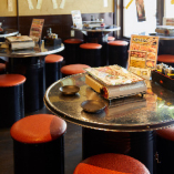 カジュアルに韓国料理やお酒を楽しめるテーブル席