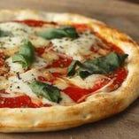 25センチの窯焼きピザは30種類!ALL550円【関内】