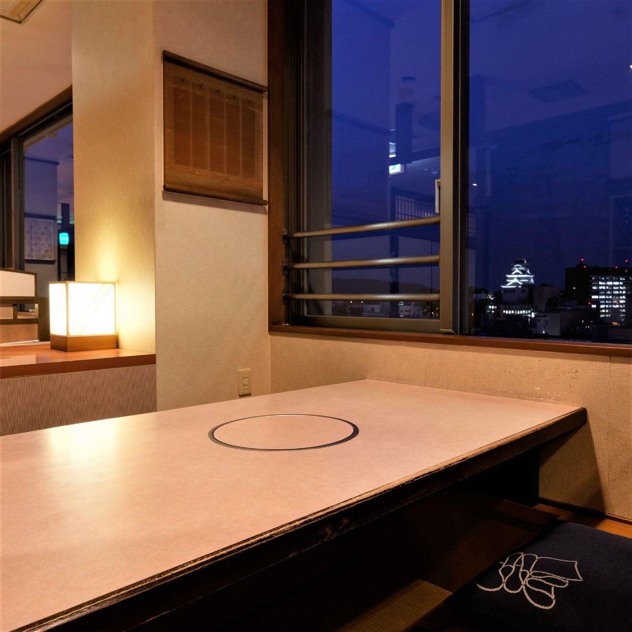 12階からライトアップの熊本城を望む