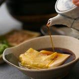《湯どうふ》 定番の一品。特製のお出汁でお召し上がりください