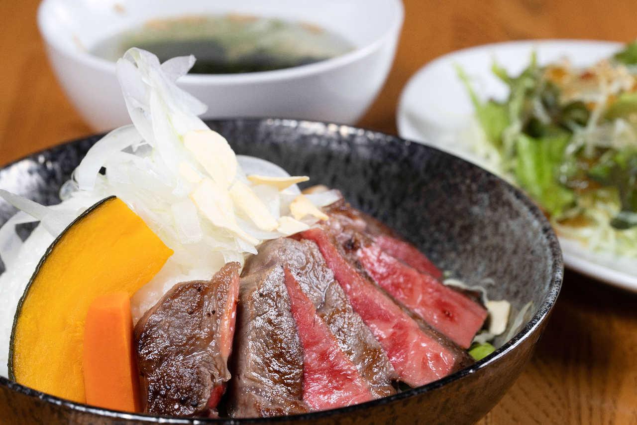 名物!本物のステーキ丼◎並(¥1,650税別)大(¥2,730税別)