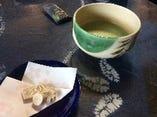 茶道をたしなむ女将のお手前で、お抹茶と茶菓子をいただく。