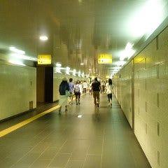 元町・中華街駅の改札を出て、2番出口方向へ地下道をまっすぐ進みます。