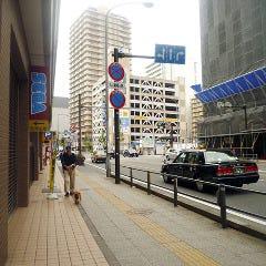 2番出口を出て、進行方向左手に進むと、とすぐに中華街東門(朝陽門)が見えます。