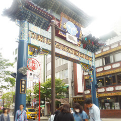 青を基調とした東門(朝陽門)です。ここから中華街に入ります。 東門に入り直進してください。