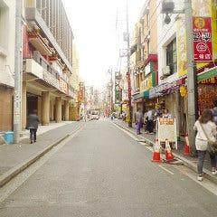 道中程の右手に、目指す「菜香新館」の看板が見えます。 この道、「上海路」を直進します。
