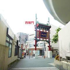 すぐに西陽門が見えます。道なりに直進します。
