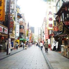 「中華街大通り」を250mほど直進します。