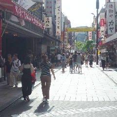 左手に「江戸清」その先に「朋天閣」の看板が見えます。 ここを左折します。