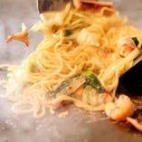 こだわりの麺とオリジナルのタレを使った、人気の塩焼きそば