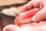 寿司職人が一貫ずつ丁寧に素早く握ります!