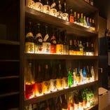 入口にある酒棚には貴重なお酒を並べてあります♪