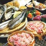 旬鮮な魚貝やこだわりの創作串、自家製の燻製を目の前の囲炉裏で