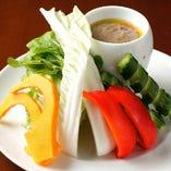 旬野菜のお造り。産直野菜をバーニャカウダ風にアレンジ。