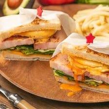 ランチ限定のホットサンドイッチ