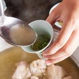 新鮮な鶏がらから炊き上げたあっさりながらもコクのあるスープ