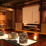 木と石が調和する「優しい空間」個室も充実です。