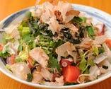 新鮮なお野菜と獲れたての海の幸が入ったサラダ