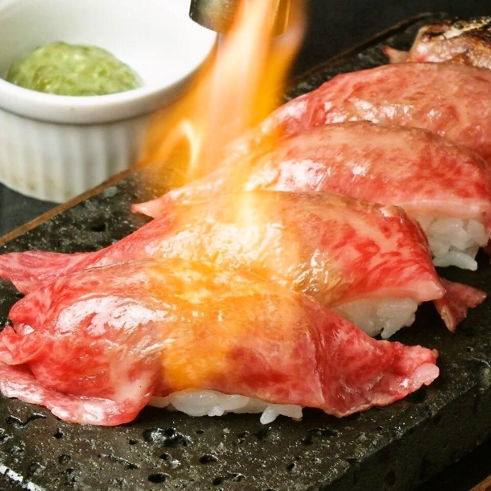眼前で豪快に炙る黒毛和牛焼寿司