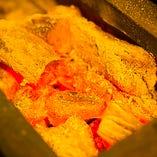 〈炭火焼き〉 焼きものはすべて土佐備長炭の火で焼いています