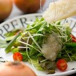 すべての料理を手作りでお届けしている当店は、サラダのドレッシングも手作り!人気No.1は淡路島産玉ねぎのドレッシング。