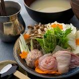 スープは、骨ごとすり潰しながらじっくりと煮込んだ鶏ガラに、昆布やポルチーニ茸をプラス。鶏肉と野菜をたっぷりとご堪能ください。