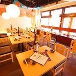 テーブル席。アットホームな空間でゆっくりお食事をお楽しみ下さい。