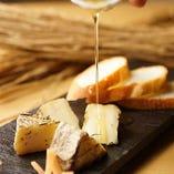 藁薫るカマンベールチーズ♪蜂蜜とバケットと一緒にどうぞ