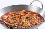 2種類の豆板醤を使用し、徹底的にこだわり抜いた逸品。唐辛子の辛さと四川山椒のシビレがクセになります!過門香で1番人気の麻婆豆腐をご賞味あれ!