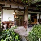 美しく手入れされた植木や、陶製のオブジェが印象的な玄関。