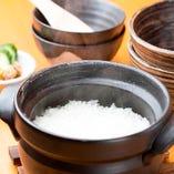 土鍋で炊き上げるご飯はつやつやに輝く美味しさ。