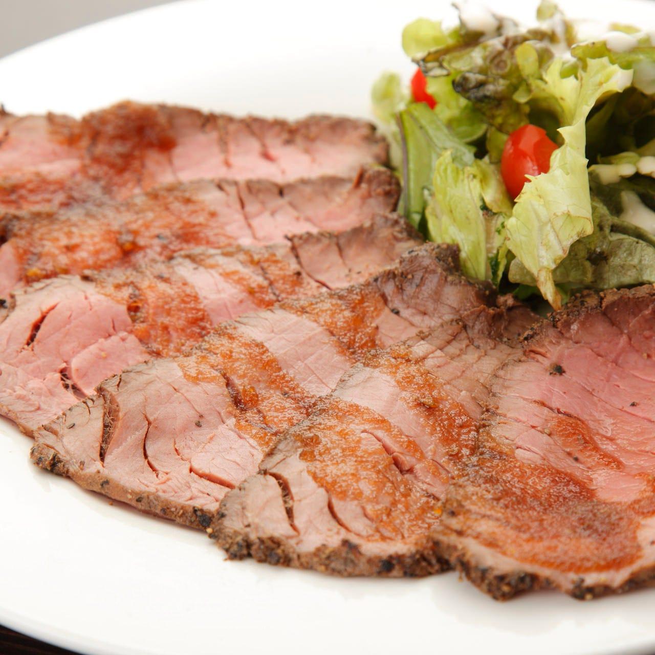 峯屋の自家製ローストビーフを存分に味わえる豪華サラダも♪