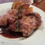 香味野菜で二日間マリネし軽く燻製をかけた  山形県産 米沢豚肩ロースのロースト