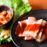 焼いたお肉はキムチと合わせてサンチュで巻いて食べるのも◎