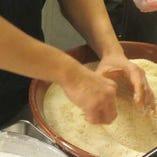 手際よく細かいパン粉を、きれいにつけていく。技術がいるんですよ!!