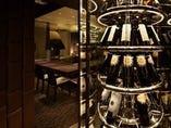 フロアにディスプレイされたワインからソムリエがセレクト。