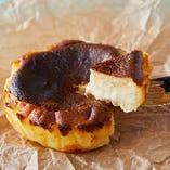 ふわトロ食感がクセになる!濃密な味わいのバスクチーズケーキ