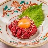 やわらかな馬肉の旨みと卵黄がとろける「タロタロユッケ」