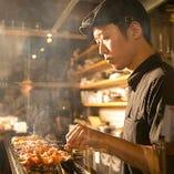 焼台の作りにも工夫を凝らし、鶏肉の旨味を引出しています。