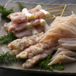 とりとで提供する鶏肉はすべて国産鶏。あえて産地は絞らず全国の鶏舎からその時々の良い鶏を仕入れています。