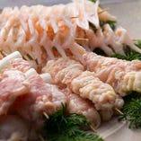 タタキは京都のメス親鳥「さくら鶏」を使用。餌にこだわり、長期間育成された、深い味わいを誇る純国産の鶏肉です。土鍋料理で使用する鶏肉は赤鶏さつまの骨付き肉です。